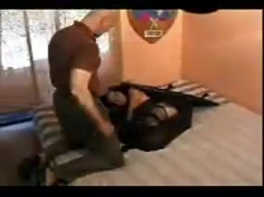 Anã se esconde em mala de coroa para meter com ele em hotel