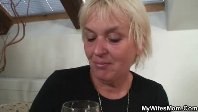 Coroa fodendo com o namorado da filha