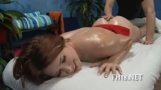 Gostosa ganha massagem com muito oleo e massagista começa a dar dedada e ela pede por piroca