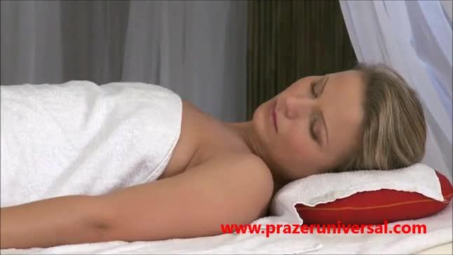 Loirinha com a buceta rosinha recebe mais do que uma simples massagem
