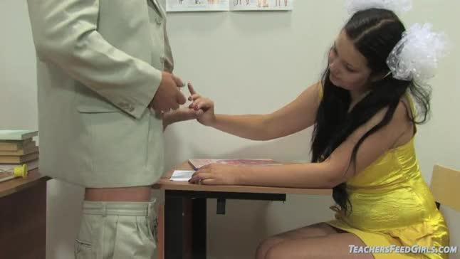 Professor russo socando a rola em aluna burrinha de recuperação