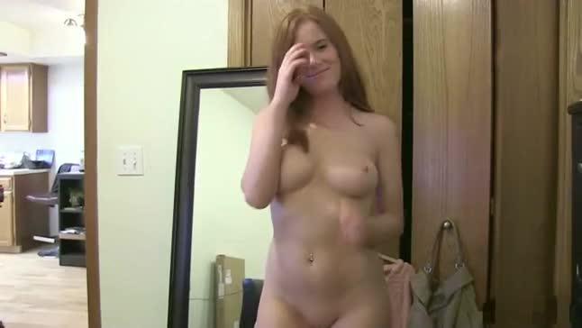 Ruiva maravilhosa faz um striptease e depois mama de babar a piroca