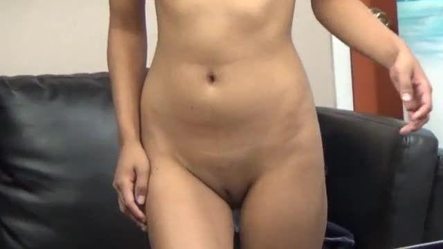 Dentuça mulata quer tanto fazer filme porno que faz seu video amador metendo
