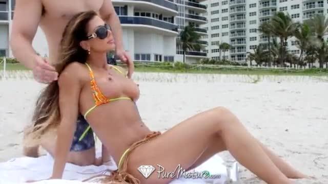 Estranho pega coroa gostosa na praia e leva ela para casa para meter muito