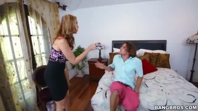 Madrasta peituda ensina a filha uma coisa ou duas sobre sexo com o namorado dela