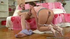 Novinha leva namorado para o quarto e pede para ele socar a piroca no rabo dela