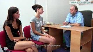 Ginecologista examina paciente toda gostosinha e novinha de todos os jeitos possiveis