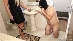 Gostosa pega novinho e coloca ele lamber o cuzinho e foder ela enquanto marido assiste