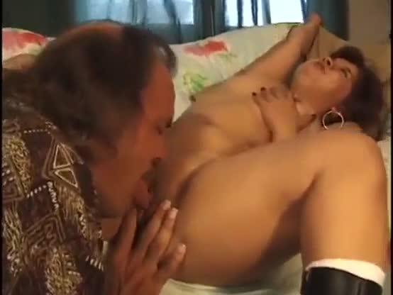 Anã asiatica entrando no ferro