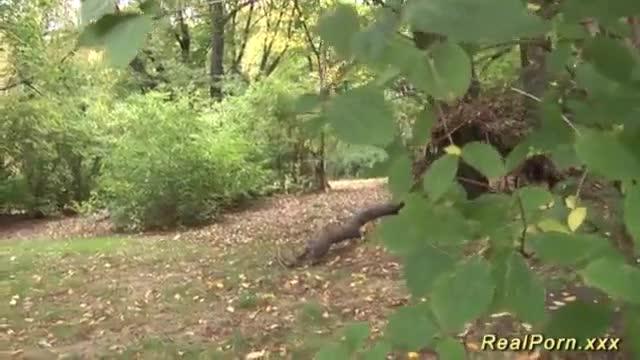 filho sai com madrasta para caminhar ao ar livre e soca a piroca na coroa no meio da trilha