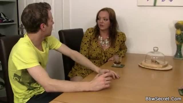Gordinha com peitos enormes convence a cara casado socar a piroca nela na sala da casa dele