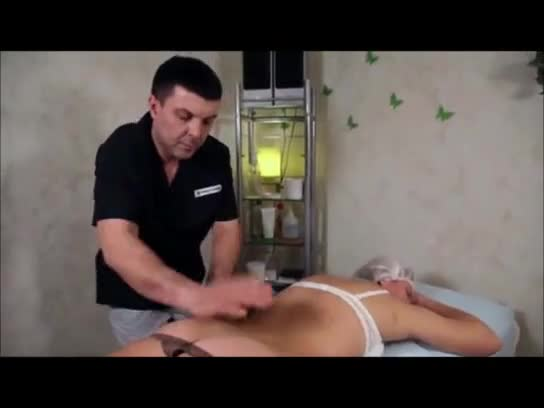 Gostosa ganhando uma massagem na bunda maravilhosa dela