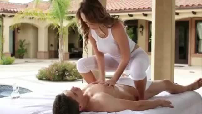 Loira gostosa faz massagem em homem pelado, ela não resiste e mama gostoso e depois senta na piroca