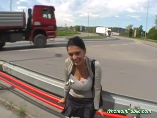 novinha linda com peitos naturais pede dinheiro no meio da rua e acaba tendo que pagar um boquete