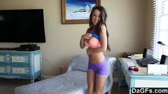 Novinha muito linda e toda princesinha fazendo striptease e ficando peladinha