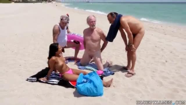 Velhos encontram uma latina gostosa na praia e levam para o hotel para fazer um suruba